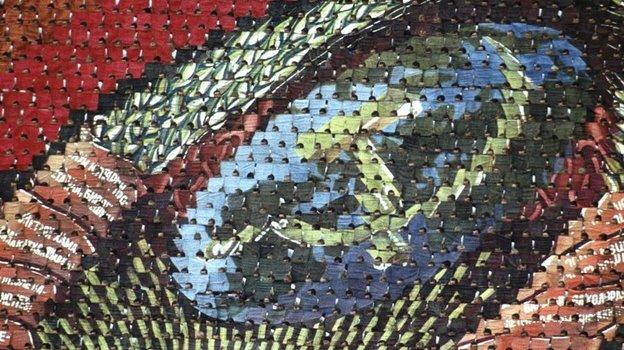 19июля 1980 года. Москва. Серп имолот изплашек натрибуне «Лужников» вовремя открытия летней Олимпиады. Фото Reuters