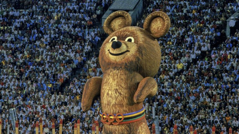 3августа 1980 года. Москва. Олимпийский Мишка улетает внебо нацеремонии закрытия Игр-80. Фото Reuters