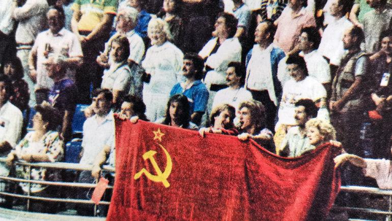 1988 год. Олимпиада вСеуле. Юрий Давыдов (сфлагом, второй слева) поддерживает сборную СССР вовремя финального матча сБразилией. Фото изархива Юрия Давыдова