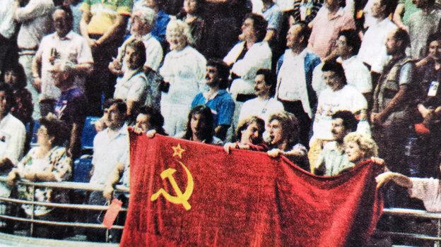 1988 год. Олимпиада в Сеуле. Юрий Давыдов (с флагом, второй слева) поддерживает сборную СССР во время финального матча с Бразилией. Фото из архива Юрия Давдова