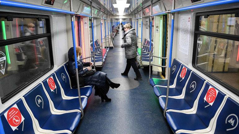 В московском метро появились стикеры, призывающие держать дистанцию. Фото Reuters