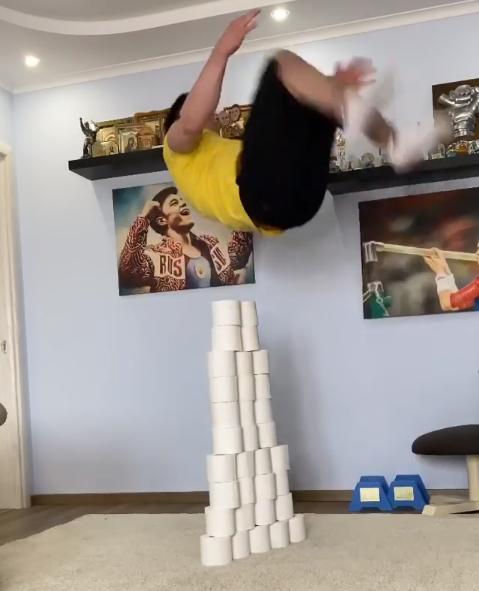 Никита Нагорный прыгает через рулоны туалетной бумаги. Фото Instagram