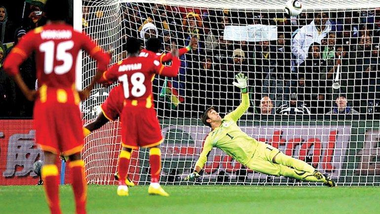 Удар Асамоа Гьяна вперекладину спенальти вконцовке матча 1/4 финала ЧМ-2010 против Уругвая. Фото AFP