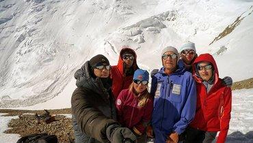 Группа российских альпинистов долгое время находилась вгималайской деревне.
