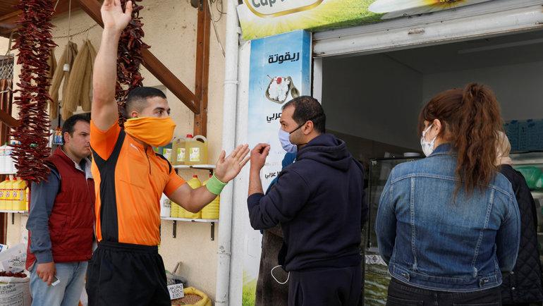 26апреля. Набуль. Абдельхак Этлили просит надеть защитную маску.