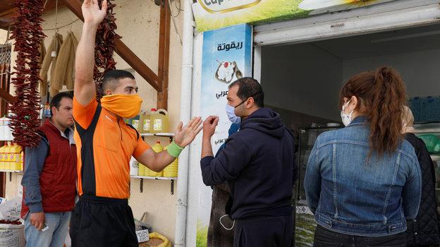 26апреля. Набуль. Абдельхак Этлили просит надеть защитную маску. Фото Reuters
