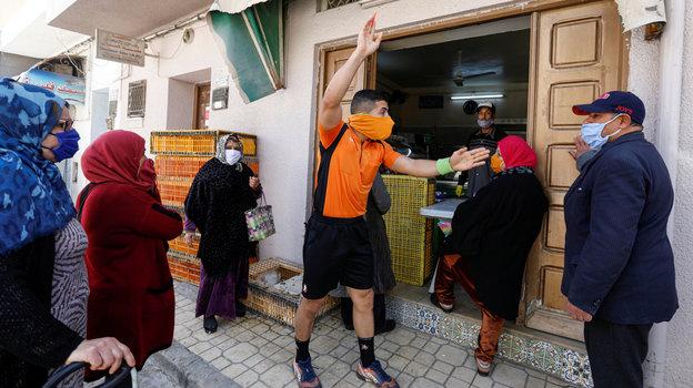 26апреля. Набуль. Абдельхак Этлили руководит очередью нагородском рынке. Фото Reuters