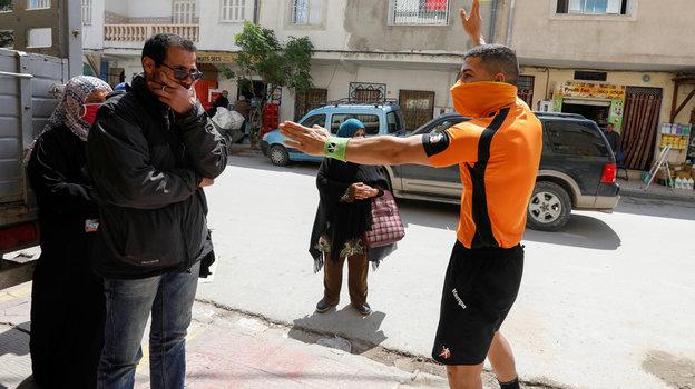 26апреля. Набуль. Абдельхак Этлили заработой. Фото Reuters