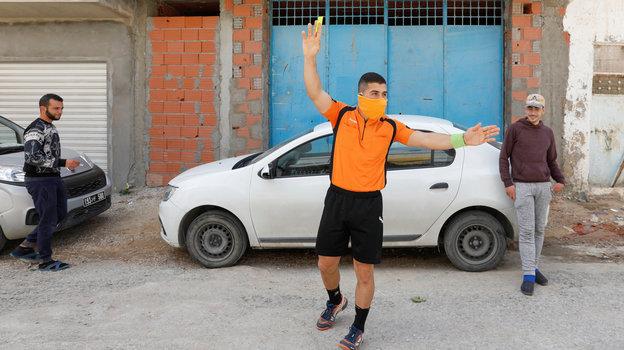 26апреля. Набуль. Еще одна желтая карточка Абдельхака Этлили нарушителю. Фото Reuters