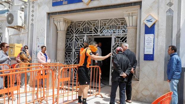 26апреля. Набуль. Абдельхак Этлили засвоей работой. Фото Reuters