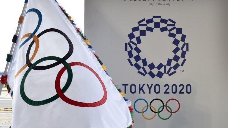 Олимпийский флаг илоготип Игр-2020 вТокио. Фото AFP