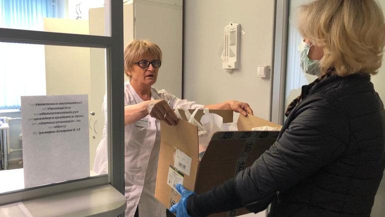 Марина Иванова (справа) забирает лекарства ваптеке. Фото ТЦСО «Орехово»