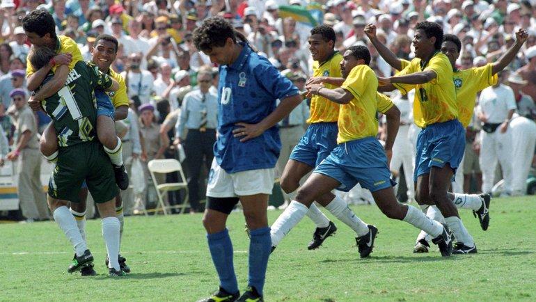 17июля 1994 года. Пасадена. Бразилия— Италия— 0:0, пен. —3:2. Опустошение Роберто Баджо ирадость бразильцев после промаха итальянца. Фото Reuters