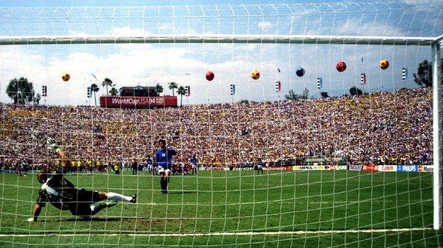 17июля 1994 года. Пасадена. Сборная Бразилии— сборная Италии— 0:0 (3:2— попен.). Промах Роберто Баджо всерии пенальти. Фото Reuters
