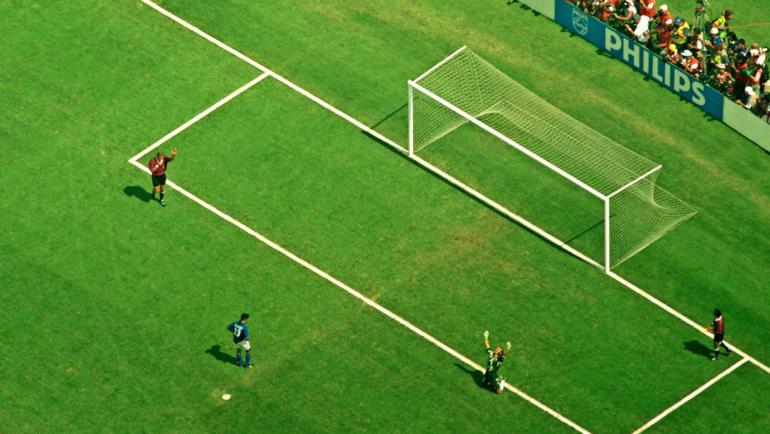 17июля 1994 года. Пасадена. Бразилия— Италия— 0:0, пен. —3:2. Эмоции вратаря бразильцев Клаудио Таффарела после промаха Роберто Баджо.
