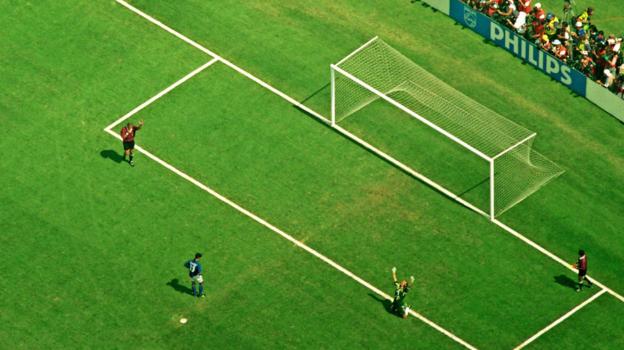 17июля 1994 года. Пасадена. Сборная Бразилии— сборная Италии— 0:0 (3:2— попен.). Вид сверху: эмоции вратаря бразильцев Клаудио Таффарела после промаха Роберто Баджо.