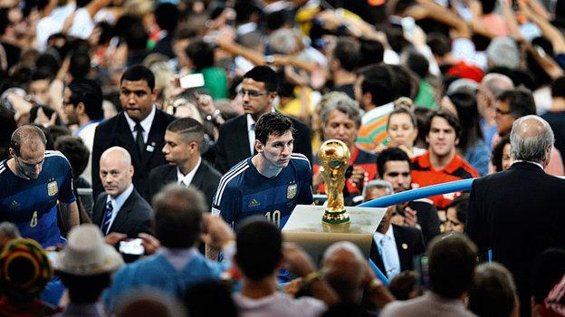 13 июля 2014 года. Рио-де-Жанейро. Германия - Аргентина - 1:0. Лионель Месси и кубок мира. Фото Бао Тайланг, Reuters