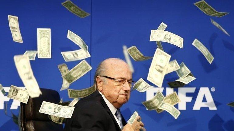 Йозеф Блаттер на фоне фальшивых купюр, брошенных британским комиком. Фото Reuters