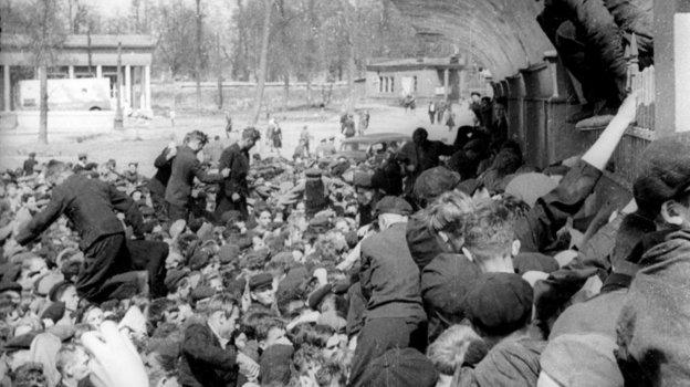 1947 год. Моска. Болельщики штурмуют кассы стадиона «Динамо» накануне футбольного матча. Фото Олег Неелов, -