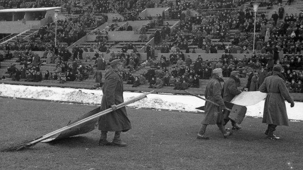 11октября 1946 года. Пленные немцы приводят поле стадиона «Динамо» впорядок перед матчем динамовских команд Москвы иТбилиси. Фото Олег Неелов, -