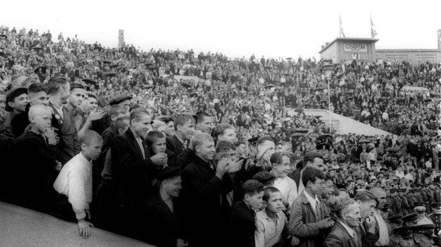 Попасть нафутбольный матч было счастьем для болельщиков всех возрастов. Фото Олег Неелов, -