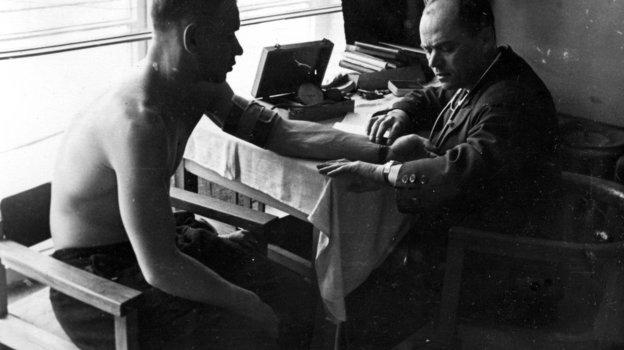 1945 год. Московский динамовец Константин Бесков проходит медицинское обследование вкоманде незадолго перед легендарным турне бело-голубых вАнглию. Фото Олег Неелов, -