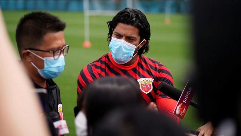Халк отвечает навопросы журналистов после тренировки. Фото Reuters