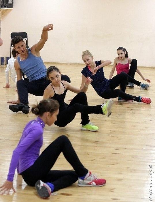 Занятия хореографией в «Хрустальном». Перед Железняковым — Евгения Медведева. Фото Страница Вконтакте Алексея Железнякова