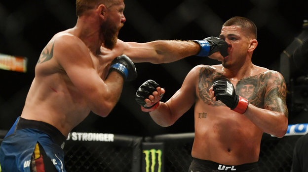 9мая. Джексонвилл. Американец Энтони Петтис натурнире UFC 249 победил соотечественника Дональда Серроне (слева). Фото Reuters