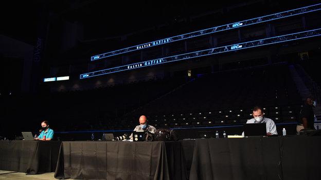 9мая. Джексонвилл. Работа прессы натурнире UFC 249. Фото Reuters