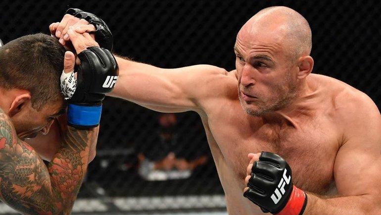 9мая. Джексонвилль. Алексей Олейник (справа) атакует Фабрисиу Вердума. Фото UFC