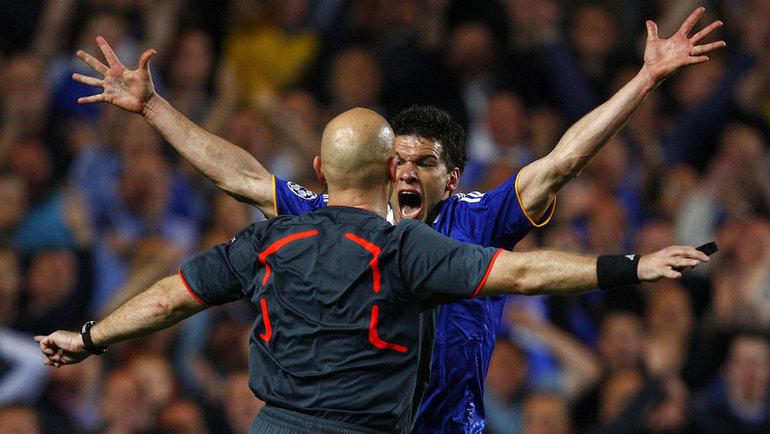 6мая 2009 года. Лондон. «Челси»— «Барселона»— 1:1. Арбитр Том Хеннинг Эвребе иполузащитник «синих» Михаэль Баллак. Фото Reuters