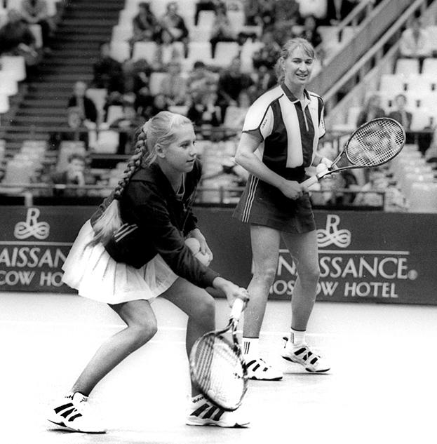 Вноябре 1996 гда первая ракетка мира Штеффи Граф провела показательный урок детям вместе сАнной Курниковой. Фото Дарья Исаева, -