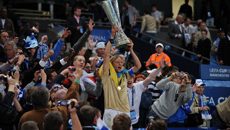 14мая 2008 года. Манчестер. «Зенит»— «Рейнджерс»— 2:0. Трофей вруках капитана сине-бело-голубых Анатолия Тимощука.