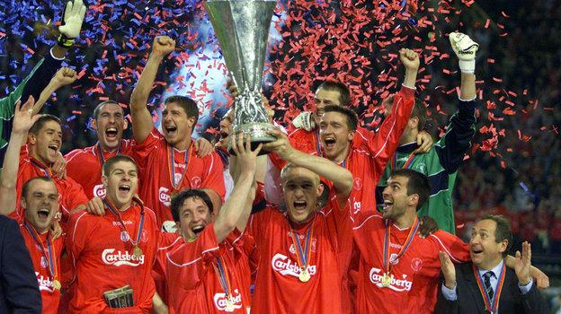 16мая 2001 года. Дортмунд. «Ливерпуль»— «Алавес»— 5:4. Футболисты «Ливерпуля» празднуют победу втурнире. Фото Reuters