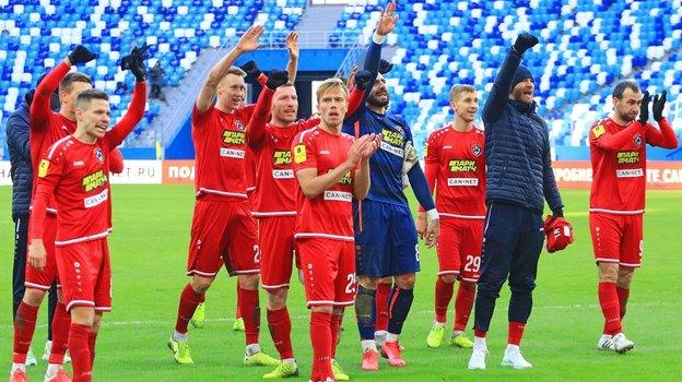 Игроки «Тамбова» благодарят болельщиков после матча. Фото ФК «Тамбов»