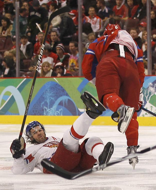 21 февраля 2010 года. Ванкувер. Россия — Чехия — 4:2. Яромир Ягр и Александр Овечкин. Фото Reuters