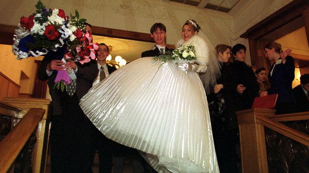 11 декабря 1999 года. Москва. Егор Титов и его супруга Вероника. Фото Андрей Голованов и Сергей Киврин, -