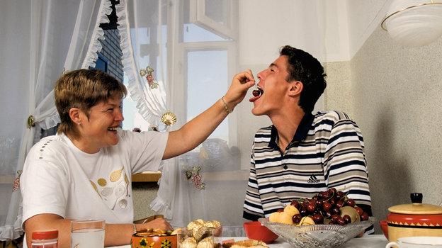 1998 год. Марат Сафин и его мама. Фото Андрей Голованов и Сергей Киврин, -