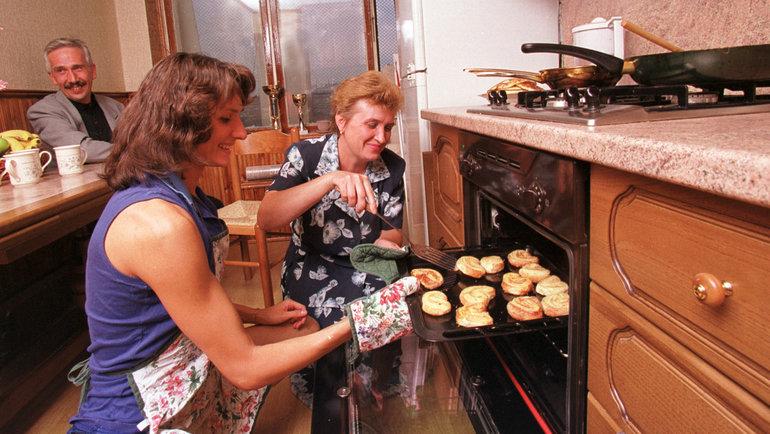 1999 год. Ольга Брусникина накухне сродителями. Фото Андрей Голованов иСергей Киврин, -