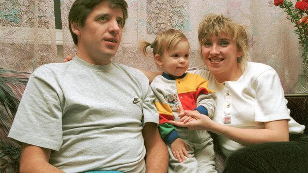 1996 год. Москва. Светлана Мастеркова с мужем и дочкой. Фото Дмитрий Солнцев, -