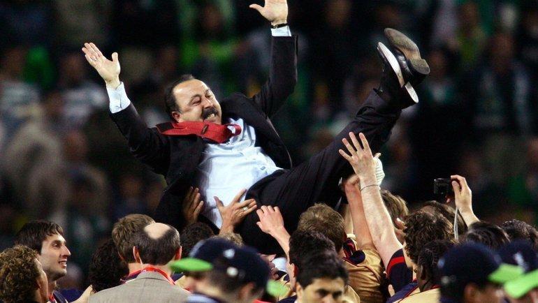 Игроки ЦСКА подкидывают Валерия Газзаева после победы в Кубке УЕФА. Фото Reuters