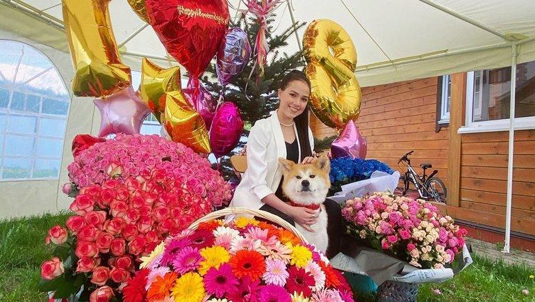 Алина Загитова сподарками надень рождения. Фото Instagram