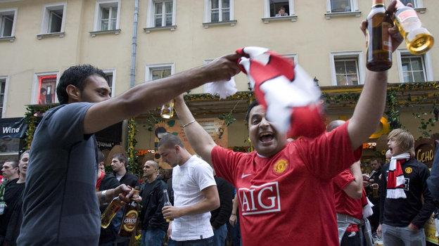 21мая 2008 года. Москва. Английские болельщики готовятся кфинальному матчу Лиги чемпионов.