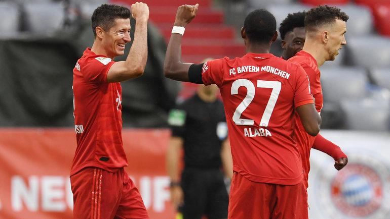 23мая. Мюнхен. «Бавария»— «Айнтрахт» Ф— 5:2. 46-я минута. Роберт Левандовски (слева) принимает поздравления сзабитым мячом отпартнеров. Фото AFP