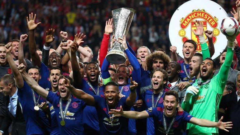 """""""Манчестер Юнайтед"""" с трофеем Лиги Европы."""