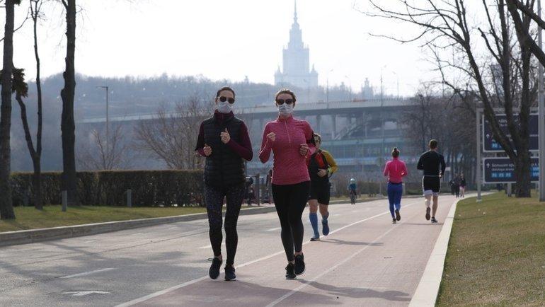 Спортсмены напробежке довведения режима самоизоляции. Фото Александр Федоров, «СЭ» / Canon EOS-1D X Mark II