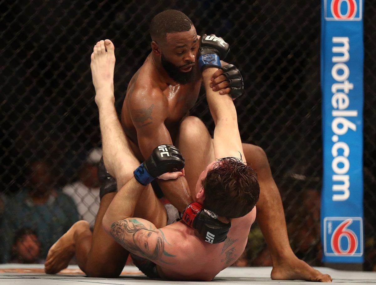 «Конор иХабиб дрались как престарелые!» Хедлайнер шоу UFC вВегасе читает рэп иговорит, что думает
