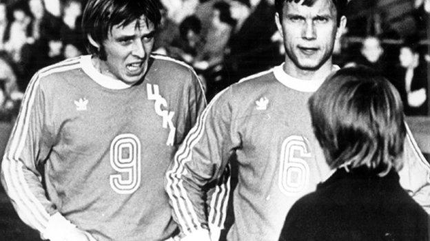 1981 год. Футболисты ЦСКА Александр Тарханов иСергей Морозов (справа). Фото -