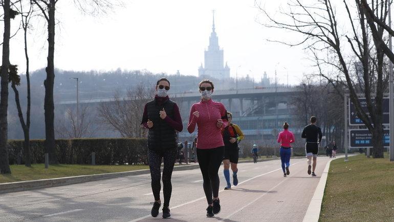 Спонедельника вМоскве разрешено заниматься спортом насвежем воздухе— обязательно вмаске идо9 утра. Фото Александр Федоров, «СЭ» / Canon EOS-1D X Mark II